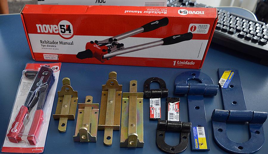 Rebitadores, fechaduras e dobradiças para porteira